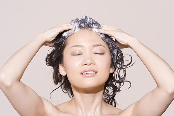 Cách dùng dầu jojoba dưỡng tóc: Massage dầu nóng